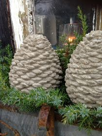 De fine rustikke kogler i beton, har jeg støbt i latexforme. Formene har jeg købt hos Pandurohobby. Da jeg havde fyldt formene med b...