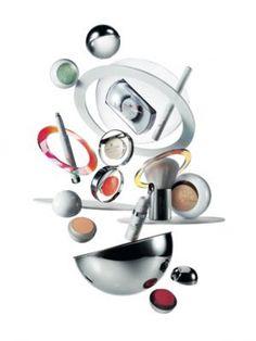 La COLECCIÓN Courrèges de Estée Lauder --  Una línea de 13 piezas de edición limitada que combina la etérea sensación de un embellecido minivestido de Courrèges, con la impactante precisión del progresivo diseño de productos de Estée Lauder, todo visto a través del lente de Courrèges. --- Disponible en mostradores selectos de Estée Lauder de todo el país a partir de marzo de 2015. Visita www.esteelauder.com/makeup/courreges