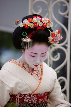 Mamefuji wearing hagoita (battledore) kanzashi