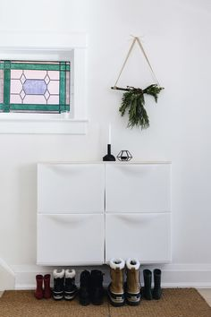 Ikea Trones bins shoe cabinet with Christmas wall hanging Traditional Christmas Tree, Modern Christmas, All Things Christmas, Christmas Wall Hangings, Christmas Decorations, Holiday Decor, Trones Ikea, Make Your Own Banner, Weeks Until Christmas
