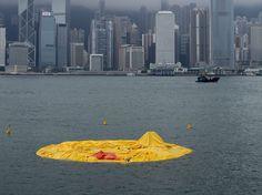 APRES : L'exposition, à Hong Kong, d'un canard de bain géant, gonflable, fait pschitt. L'œuvre a-t-elle souffert dune avarie ou cet état est-il voulu, à des fins d'entretien ? On l'ignore. Reste que, ce 15 mai, c'est aplatie comme une crêpe que la création de l'artiste néerlandais Florentijn Hofman flottait dans le détroit. (JEROME FAVRE/EPA/MAXPPP)