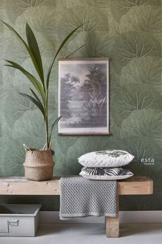 Met dit behang met grote bladeren in vergrijsd olijfgroen creëer je thuis je ei. With this wallpaper with large leaves in greyed olive green you can create your own Urban Jungle at home and turn you Olive Green Wallpaper, Wall Design, House Design, Brick Design, Urban Ideas, Home And Living, Living Room, Colorful Interior Design, Ideas Para Organizar