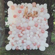 21 Whimsy And Fun Balloon Wedding Decor Ideas - Hochzeit Wedding Balloon Decorations, Wedding Balloons, Wedding Table Centerpieces, Decorations With Balloons, Outdoor Decorations, Balloon Backdrop, Balloon Wall, Balloon Garland, Balloon Ideas