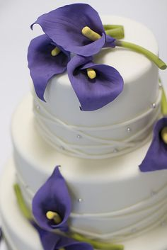 So beautiful :) calla lily purple wedding cake Lys Calla, Purple Calla Lilies, Calla Lily Cake, Purple Lily, Purple Roses, Yellow Flowers, Pretty Cakes, Beautiful Cakes, Birthday Cakes