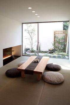 大開口サッシや地窓によって、外部から取り込まれた自然は季節の移ろいを感じる事が出来ます。塗り壁・和紙・無垢板など素材にこだわった内装是非ご覧ください。