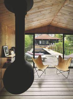 Un salon d'été ouvert sur la piscine Living Spaces, Living Room, Beach Shack, Wooden House, House 2, Decoration, New Homes, Indoor, Ceiling Lights
