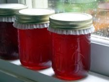 Crabapple Jelly a Dozen Ways - Babble- NOTE jars should be processed in a waterbath for 10 minutes, it's not safe to put a lid on and not process jam/jelly in a waterbath unless you're freezing the jam or storing it in the fridge. Crab Apple Recipes, Jelly Recipes, Jam Recipes, Canning Recipes, Cherry Recipes, Freezer Recipes, Freezer Meals, Crab Apple Jelly, Chocolates