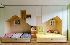 This fun and modern kid's bedroom has a custom wall unit that features plenty of storage and two beds in mini houses. Modern Kids Bedroom, Cool Kids Bedrooms, Kids Rooms, Kids Room Design, Bed Design, House Beds, Kids Bed House, Kid Spaces, Small Spaces