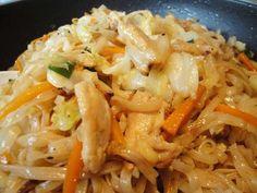 Reisnudeln gebraten mit Hähnchen, Karotten und Spitzkohl / Hủ tiếu xào