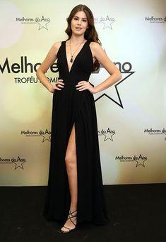 Vestido preto com decote e fenda, Camila Queiroz
