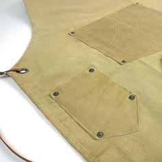 Met dit keukenschort van KOOK haal je de jaren 90 in huis! Niet is dit keukenschort stijlvol, hij beschermt je kleding ook nog tegen vlekken en geknoei. Het schort is gemaakt van 100% katoen en heeft leren details. Ook is het schort voorzien van 2 vakken zodat je alles bij de hand hebt! Veel geknoeid? Dit schort is wasbaar in de wasmachine op 40℃. Corduroy, Shirt Dress, Mens Tops, Shirts, Dresses, Fashion, Shirtdress, Gowns, Moda