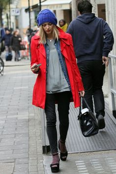 Fearne Cotton Photos - DJ and TV presenter Fearne Cotton leaves Radio 1 studios in a red mac and blue woolly hat. - Fearne Cotton Leaves the Radio 1 Studios Urban Street Style, Street Chic, Fearne Cotton, Cotton Style, Simple Outfits, Casual Chic, Autumn Winter Fashion, Winter Outfits, Style Inspiration