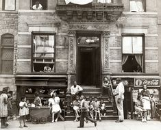 Ann Petry wrote 30 years earlier than James Baldwin what it means, to live as young black woman in New York. Old Photos, Vintage Photos, Coca Cola, Harlem New York, Harlem Nyc, Berenice Abbott, John James Audubon, Vintage New York, Vintage Black
