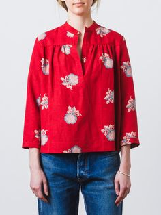 Bright red, peony printed blouse in sandwashed silk linen with a split neckline with a banded collar, bracelet-length sleeves and a casual, loose fit. - Shirring at horizontal chest seam in front and