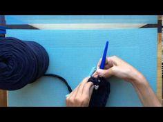 Cómo hacer un bolso con solapa de Trapillo. Parte 1 Freeform Crochet, Crochet Stitches, Love Crochet, Knit Crochet, Cotton Cord, T Shirt Yarn, Crochet Videos, Purses And Bags, Sewing