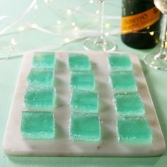 Tiffany blue jell-o shots are the classiest way to booze up this wedding season…. Tiffany Blue Jell-O Shots sind die edelste Art, die Hochzeitssaison zu verschönern. Snacks Für Party, Party Drinks, Keto Snacks, Cocktail Drinks, Fun Drinks, Alcoholic Drinks, Beverages, Cocktails, Jello Shot Recipes