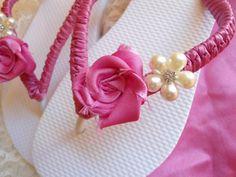 Hermosas sandalias decoradas blanco con rosa..
