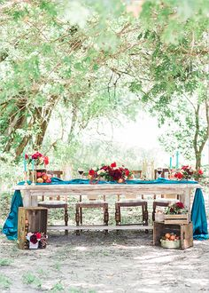 red and blue rustic table ideas @weddingchicks