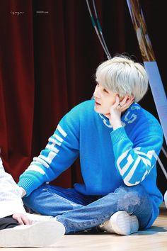 Yoongi sit on the floor at fansign Jimin, Min Yoongi Bts, Min Suga, Bts Bangtan Boy, Bts Boys, Namjoon, Daegu, Yoonmin, K Pop