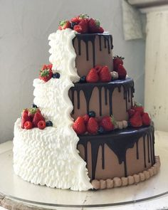 Consider a divided cake if you and your fiance can decide between chocolate or vanilla! Consider a divided cake if you and your fiance can decide between chocolate or vanilla! Beautiful Wedding Cakes, Beautiful Cakes, Amazing Cakes, Unusual Wedding Cakes, Fall Wedding Cakes, Summer Wedding, Mochi, Food Cakes, Cupcake Cakes