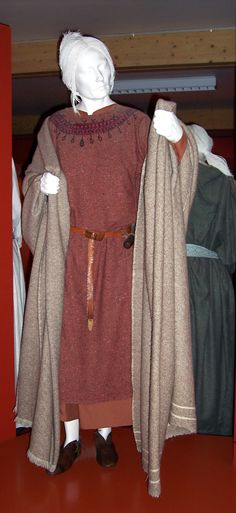 Wealthy women could wear fine clothes and jewellery and the men weapons. Most families however had to make do with simpler things. This display at West Stow museum attempts to reconstruct what Anglo-Saxon women would have worn. Viking Garb, Viking Costume, Medieval Costume, Anglo Saxon Clothing, Medieval Clothing, Norse Clothing, Historical Costume, Historical Clothing, Textiles
