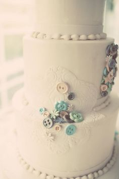#Vintage inspired #wedding cake with lace applique and the sweetest buttons!