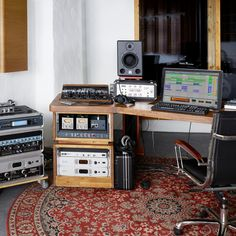 Music Production - Learn more about our music making software Live Home Studio Musik, Music Studio Room, Audio Studio, Sound Studio, Music Rooms, Music Making Software, Recording Studio Setup, Dream Music, Ableton Live