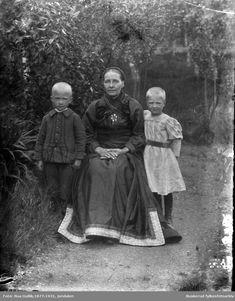 Aslaug O. Løvheim med sine to barn Sauland | Beltestakk