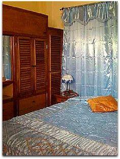 Detalle de una de las habitaciones. Cuba, Armoire, Bed, Furniture, Home Decor, Live, Apartments, Clothes Stand, Decoration Home