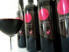 Φρουτώδης οίνος αρώνιας με ξηρό ερυθρό merlot. Αρώνια και αμπελώνες βιολογικής καλλιέργειας στην Παιονία Κιλκίς. #Aronia #Aroniamelanocarpa #BlackChokeberry #superfood #Superfruit #Antioxidants #Health #wine