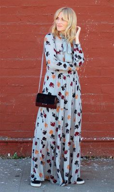 Street style look com vestido longo. Long dress with sneaker. look cool Mode Hippie, Bohemian Mode, Trendy Dresses, Casual Dresses, Fall Dresses, Long Dresses, Prom Dresses, Formal Dresses, Look Fashion