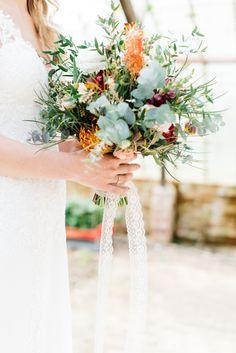 Credit: Mariska Staal Fotografie - bloem (plant), bloemstuk, huwelijk (ritueel), natuur, bruid, liefde, blad, ornament, vaas, vrouw, romance (relatie), plant, bloemen