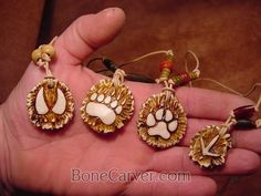 Responsible hunting, game management and wildlife conservation are important aspects of any wild game hunting, but many find the challenge of deer hunting to be the most challenging. Here are some ideas and deer hunting tips to make y Deer Antler Jewelry, Deer Antler Crafts, Antler Ring, Antler Art, Antler Necklace, Deer Horns, Deer Skulls, Aztecas Art, Bone Crafts