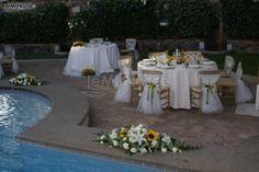 Girasoli e gigli per l'allestimento floreale a bordo piscina