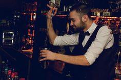 The bartender smiled and prepares delicious cocktails !! Le barman sourit et…