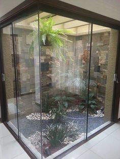 Jardim de Inverno na Sala: 25 Inspirações para Transformar a Sua Casa! Indoor Zen Garden, Indoor Courtyard, Internal Courtyard, Atrium Design, Courtyard Design, Garden Design, Courtyard Ideas, Jardim Zen Interior, Interior Garden