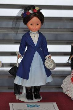 Nancy ha sido la muñeca de mi infancia, con ella y mis amigas he pasado muy buenos momentos. Inventábamos historias en las que se reflejaban nuestros sueños y aspiraciones, les hacíamos vestidos, peinados. aprendíamos a coser, a hacer punto y ganchillo. Ahora, muchos años después mi Nancy ha vuelto a salir del cajón, para renovar mi ilusión por ella y así lucir sus trajes junto con más Nancys, completando su vestuario y rescatando los más antiguos.