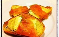 #AntipastiVeloci - Bruschetta con salmone e formaggio di capra alla rucola - #Appetizer with #ginger, salmon and goat cheese