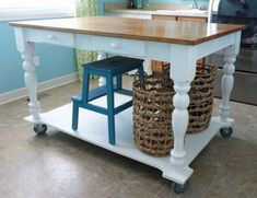 Save space by building your own foldable craft table How to turn a table into a rolling island Rolling Island, Rolling Table, Kitchen Island Dining Table, Kitchen Island Table, Kitchen Islands, Make A Table, Diy Table, Craft Tables, Diy Interior