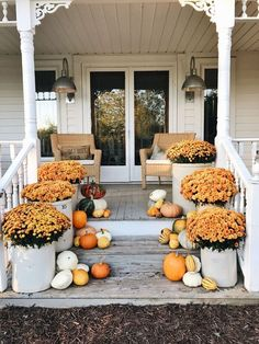 55 Best Fall Porch Decorating Ideas Featuring All the Colors of the Season Use color coordinating flowers and gourds to welcome guests up the steps and into your home. Fall Home Decor, Autumn Home, Diy Home Decor, Autumn Fall, Room Decor, Style At Home, Veranda Design, Porch Steps, Outdoor Halloween