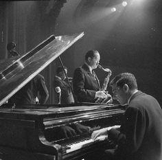 "themaninthegreenshirt: "" Miles Davis, Lester Young, Rene Urtreger and Pierre Michelot, 1956 "" Jazz Artists, Jazz Musicians, Miles Davis, 20th Century Music, Jazz Saxophone, Pop Art Fashion, Classic Jazz, Contemporary Jazz, Jazz Club"