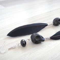 Boucles d'oreilles skull uniques noires et argentées tête de mort et plume : Boucles d'oreille par lizou-sen-fout