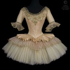 Tutu court en soie et en tulle de rose lamé or. Tutu Ballet, Ballerina Tutu, Ballet Dance, Costumes Avec Tutu, Ballet Costumes, Dance Costumes, Ballet Russe, Figure Skating Dresses, Ballet Beautiful