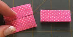 Don't Fear the Zips! Two Easy Zipper Pouch Tutorials Small Sewing Projects, Sewing Projects For Beginners, Sewing Hacks, Sewing Tutorials, Bag Tutorials, Tutorial Sewing, Sewing Tips, Sewing Makeup Bag, Makeup Pouch