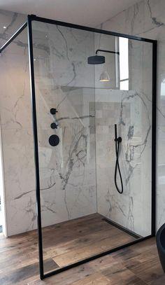 Maatwerk inloopdouche met mat zwart kader rondom #bathroomdesignshowroom #bathroomlayout