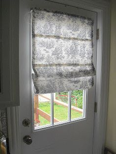 #DIY Roman Shade - no sewing required! This would be perfect for a kitchen & DIY Roman Shades for French doors with instructions for mounting w ... Pezcame.Com