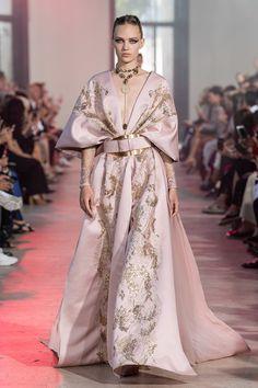 Elie Saab Haute Couture Fall Winter 2020 2020 Fashion Show Vogue Paris Elie Saab Couture, Haute Couture Paris, Style Haute Couture, Collection Couture, Fashion Show Collection, Vestidos Fashion, Fashion Dresses, Vintage Vogue, Fashion Week