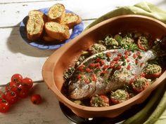 Dorade mit Tomaten im Römertopf ist ein Rezept mit frischen Zutaten aus der Kategorie Fruchtgemüse. Probieren Sie dieses und weitere Rezepte von EAT SMARTER!