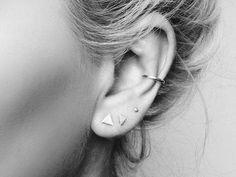 Existen varios tipos de perforaciones en las orejas como el hélix, transversal, antihélix, tragus, snug y concha, así que te damos algunas ideas de piercings en las orejas que vas a querer esta primavera.