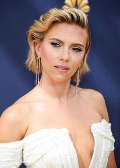 But she quickly returned to her first love: the solar blond - Ofelia Binns Scarlett Johansson, Most Beautiful Hollywood Actress, Beautiful Actresses, Hollywood Celebrities, Hollywood Actresses, Female Celebrities, Blonde Grise, Sharon Stone Photos, Jennifer Love Hewit